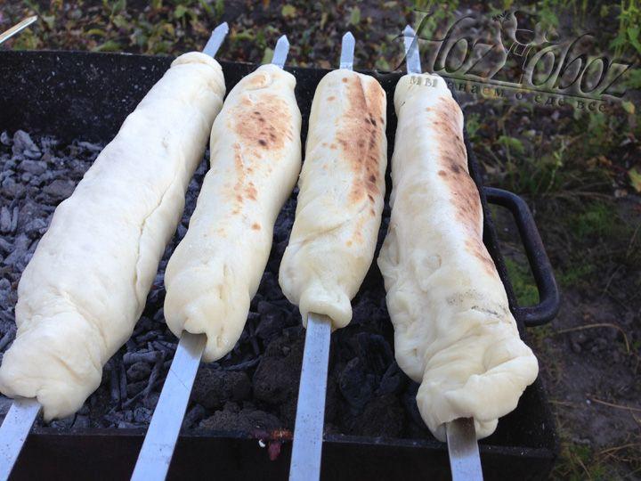 Раскладываем наши хачапури на мангал и время от времени переворачиваем. Делайте это часто. Тесто румяниться очень быстро. Снимать готовое блюдо надо в тот момент как хачапури будут хорошо румяные и свободно прокручиваться на шампуре