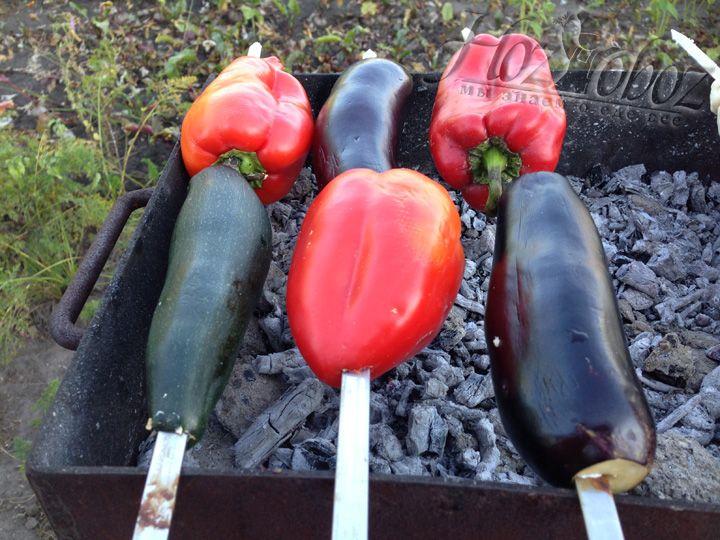 Нанизываем овощи на шампура и ставим на мангал