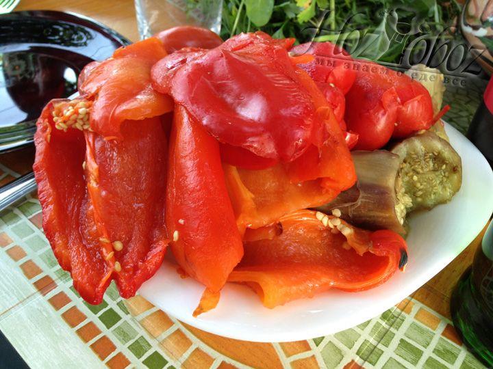 После полной готовности овощей, нужно почистить баклажаны, порезать все  овощи как вам нравиться и подавать на стол