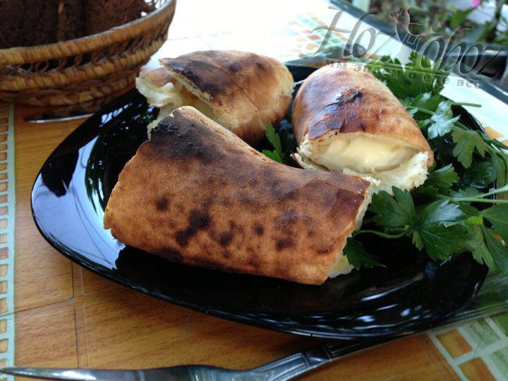 Подавать на стол хачапури нужно только в горячем виде и разрезать непосредственно перед едой