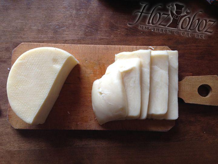 """Режем кусочками сыр """"сулугуни"""""""
