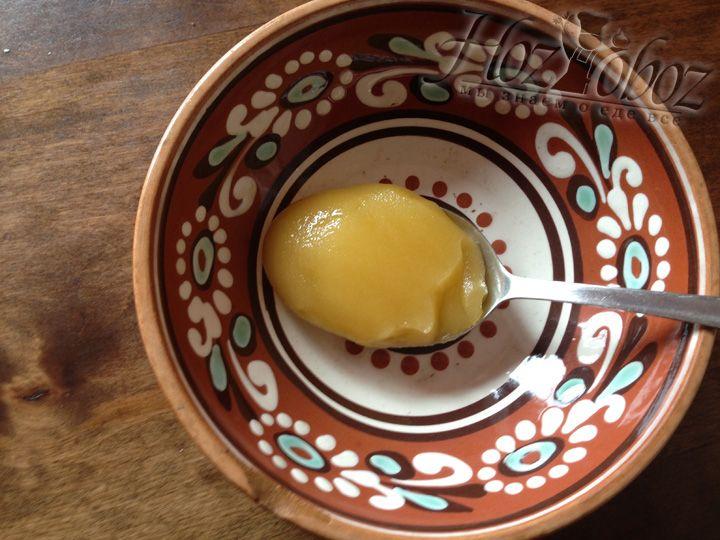 Готовим соус для смазывания. В тарелку кладем столовую ложку меда