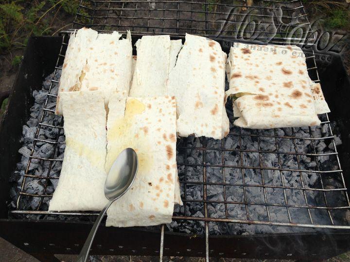 Теперь каждый лаваш смазываем заранее приготовленным медовым соусом
