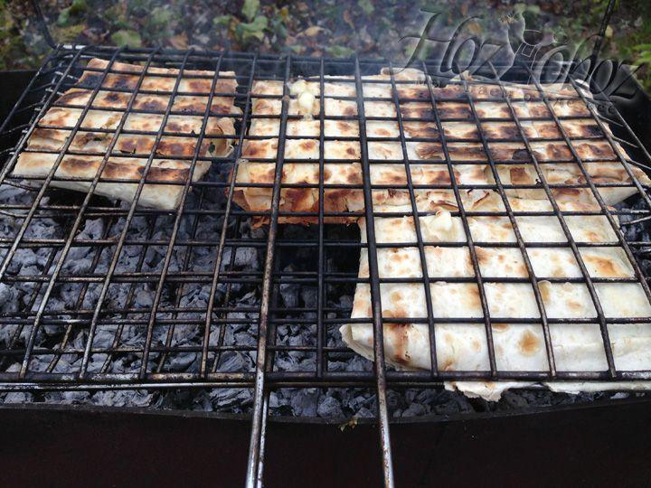 Когда с одной стороны лаваш поджарится, решетку следует открыть, смазать лаваш с другой стороны, снова закрыть и не запеченной стороной пометить на огонь на те же 3-5 минут