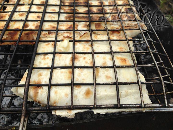 Как только на поверхности появятся пузырьки от медового соуса то лаваш можно снимать и подавать на стол, чтобы сыр не застыл