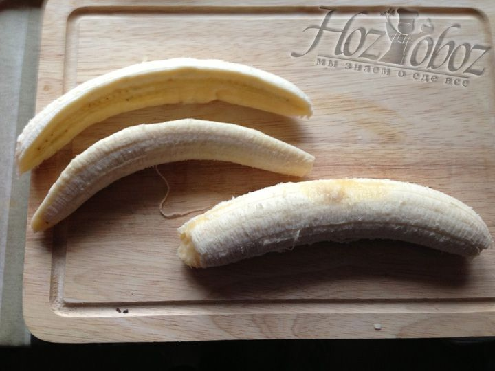 Чистим бананы и разрезаем их вдоль