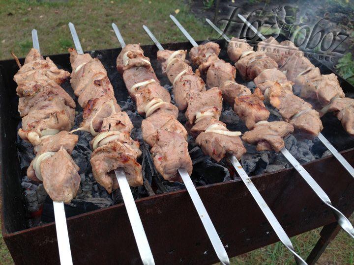 Регулярно переворачиваем шампура с мясом, чтобы шашлык не пригорел