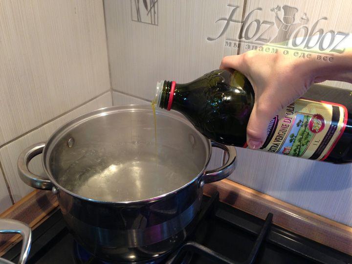Добавляем в воду 1 столовую ложку оливкового масла