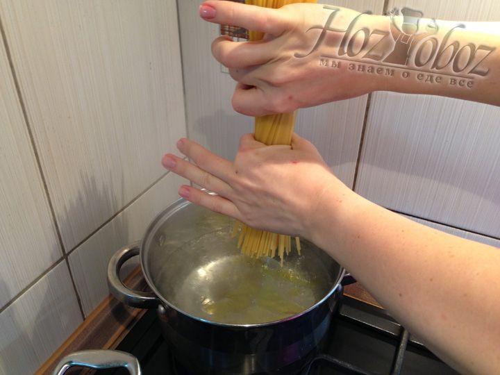 Берем спагетти обеими руками и скручиваем их как на фото