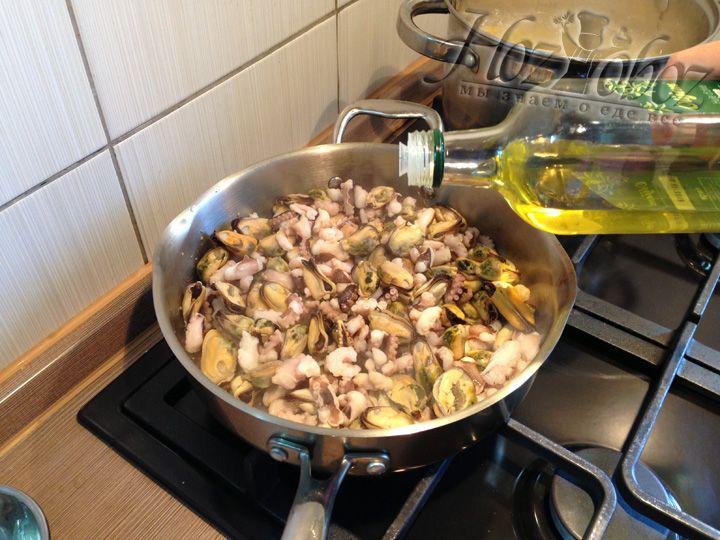 Как только вода из сотейника испарится нужно добавить 3 ст.л. оливкового масла и немного обжарить морепродукты, примерно 1 минуту