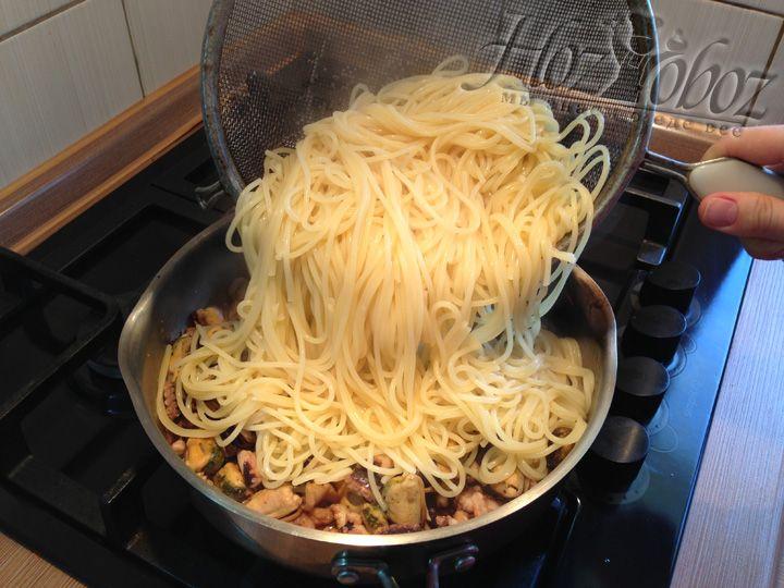 Теперь выкладываем спагетти с морепродуктами в сковороду