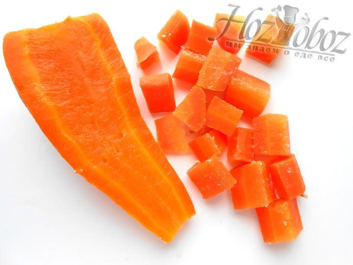 Теперь очередь морковки, ее тоже нарезаем кубиками