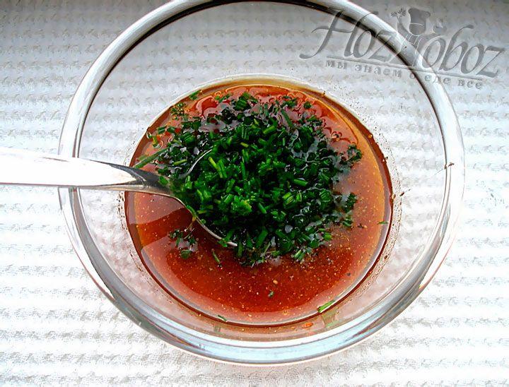 Еще в соус добавляем лук, зеленый или репчатый