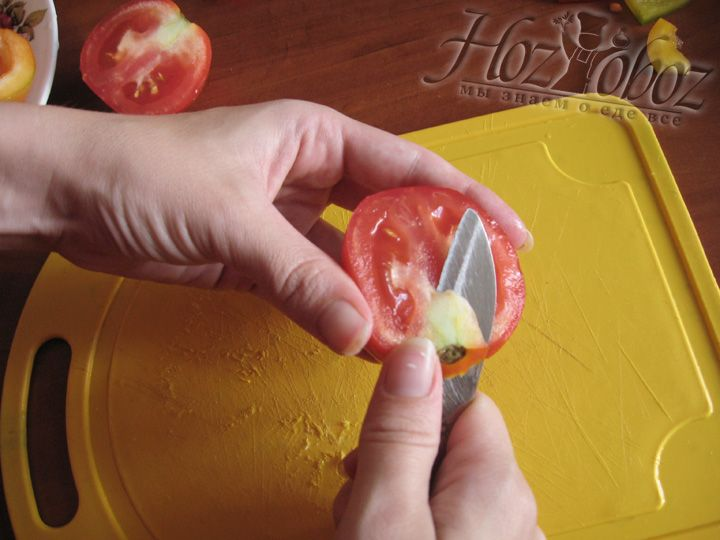 Теперь моем помидоры, режем на пополам, вырезаем плодоножку