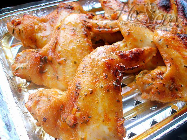 Готовые крылышки должны выглядеть как на нашем фото, зажаренными и аппетитными