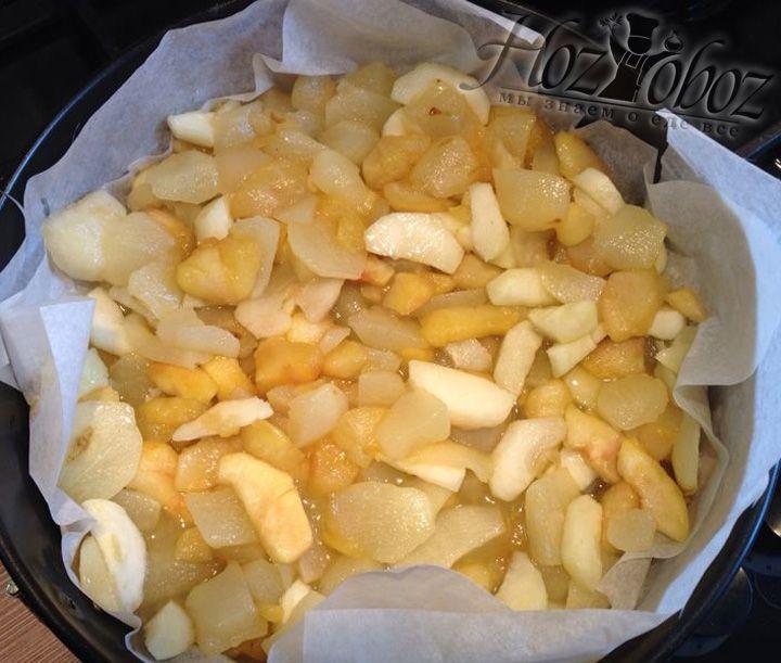 Теперь нам потребуется форма для выпечки. Устилаем в нее бумагу для выпечки и выкладываем карамелизированные фрукты, но саму карамель оставляем в сотейнике