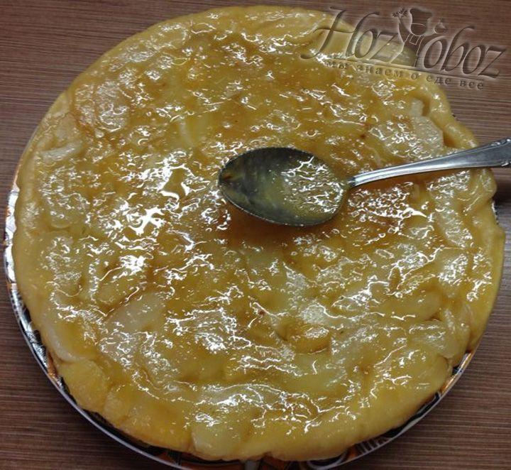 В завершение равномерно поливаем пирог карамелью с пряностями