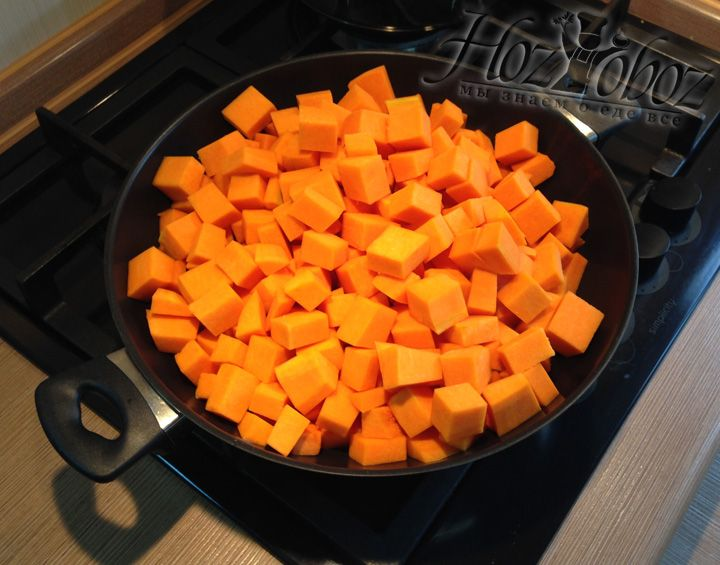 Когда тыква помыта и почищена, ее следует порезать кубиками, а затем выложить в сотейник с растопленным сливочным маслом