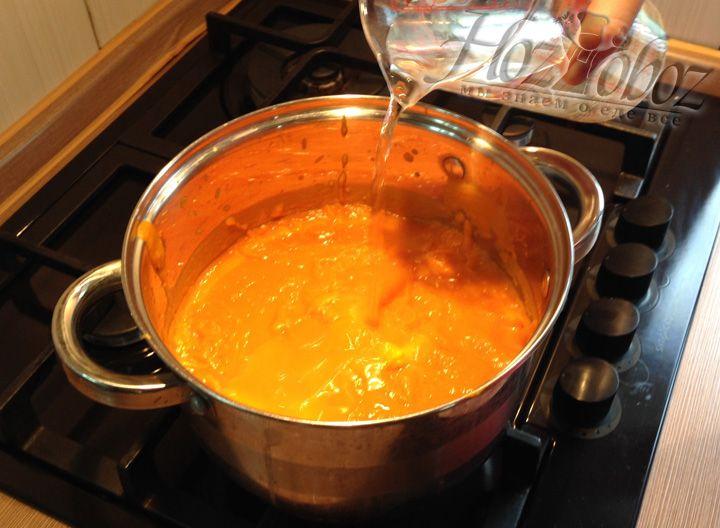 Когда тыква превратиться в однородную кремообразную жидкость, ставим кастрюлю на огонь и добавляем воду, что придать супу необходимую консистенция, по Вашему желанию