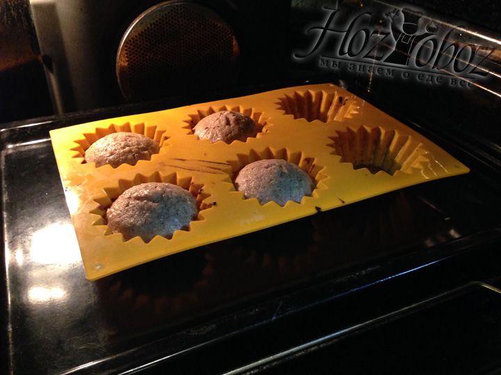 Разогреваем духовку до 180 градусов и ставим запекаться кексы примерно на 30 минут