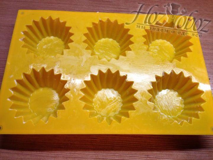 Мы печем кексы в силиконовых формах, поэтому заранее смажем их маслом