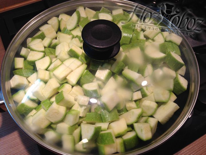Перемешиваем кабачки с маслом и накрываем сотейник крышкой