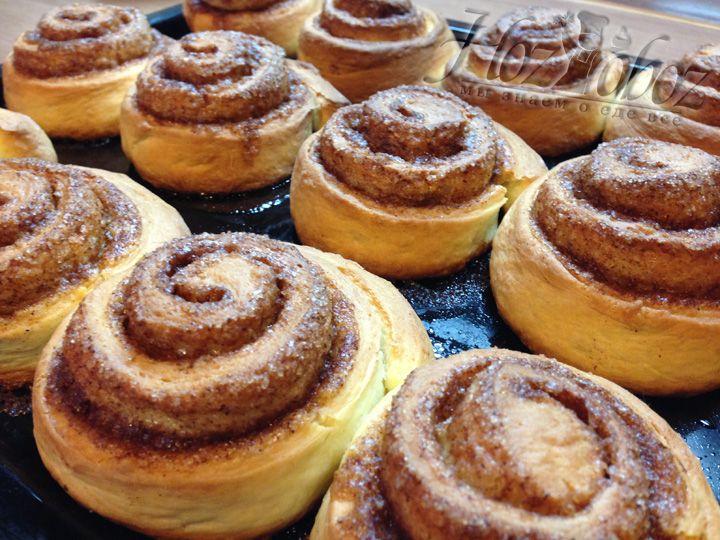 Выпекать булочки следует при температуре 200 градусов примерно 30 минут