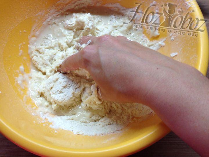 Начинаем вымешивать тесто
