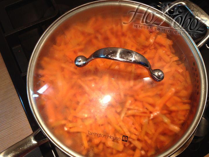 Накрываем крышкой и тушим морковь примерно 20 минут. Морковь будет готова тогда, когда перестанет хрустеть