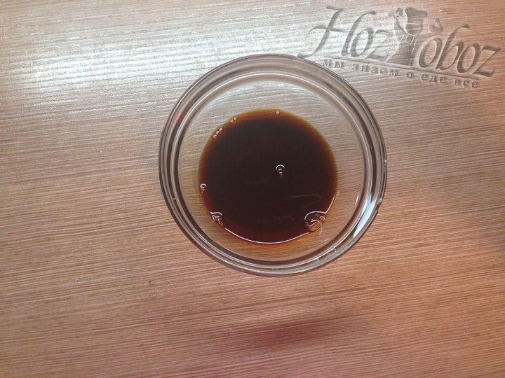 В небольшую пиалу наливаем соевый соус