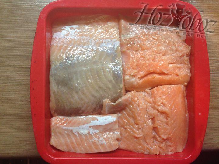 В форму рыбу выкладываем так, что бы куски не лежали друг на друге