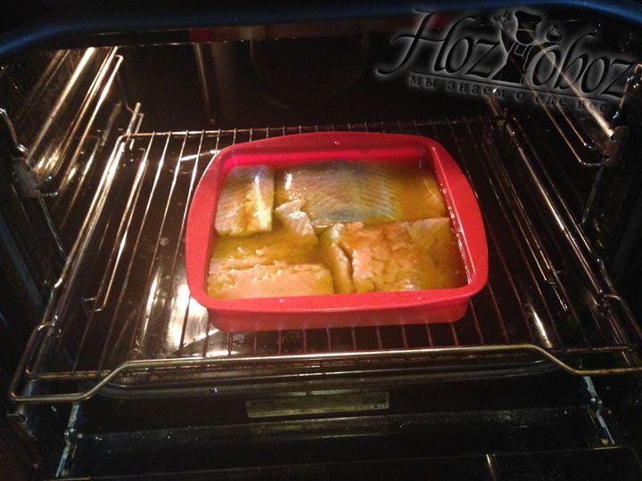 Разогреваем духовку до 200 градусов и ставим форму с рыбой запекаться