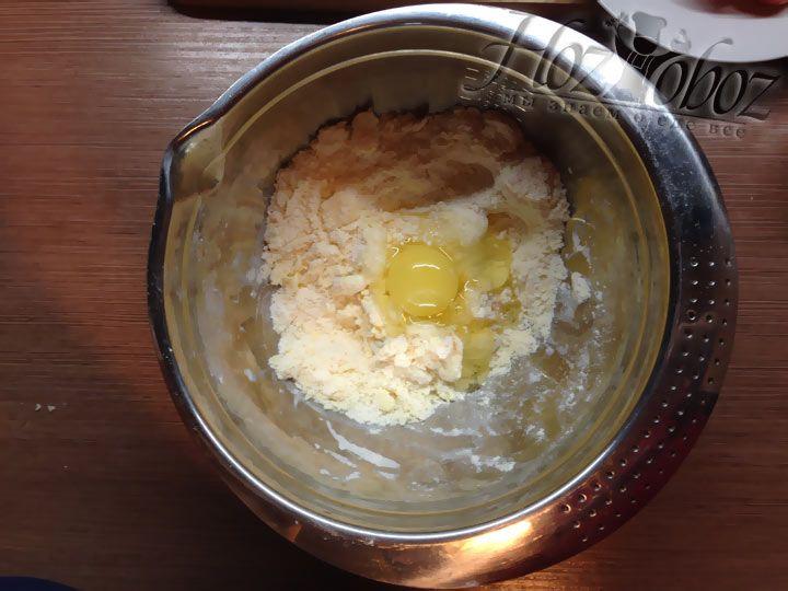 Добавим в тесто яйцо и еще раз все тщательно перемешаем