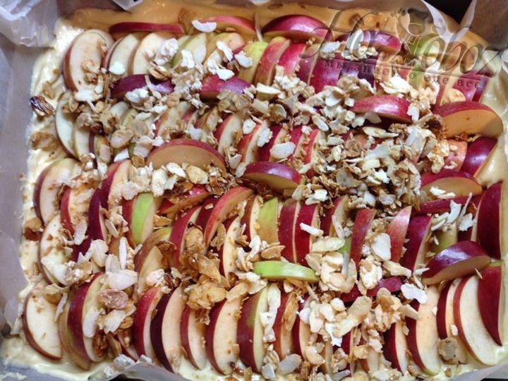 Горячую, готовую карамель с миндальной стружкой сразу выкладываем на яблоки