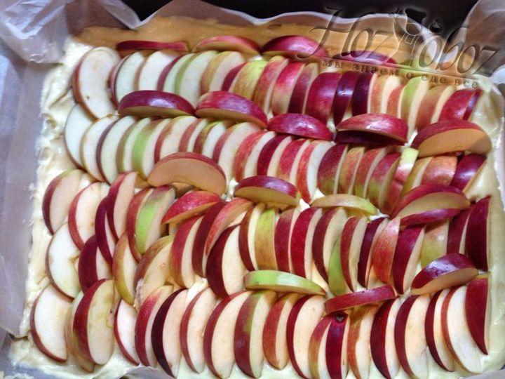 Плотно раскладываем яблоки на тестоПлотно раскладываем яблоки на тесто