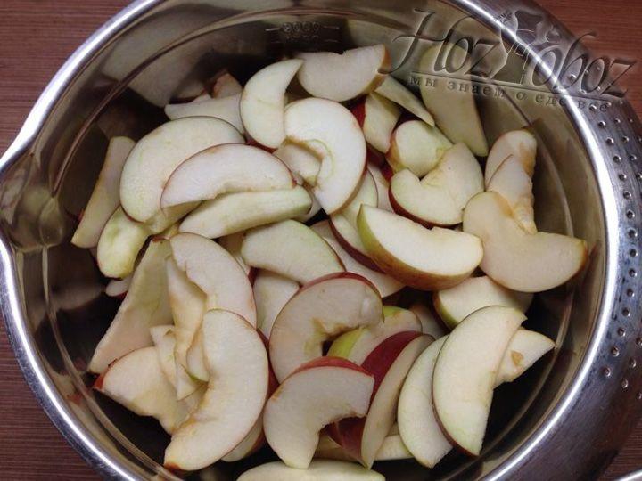 Моем и нарезаем дольками яблоки
