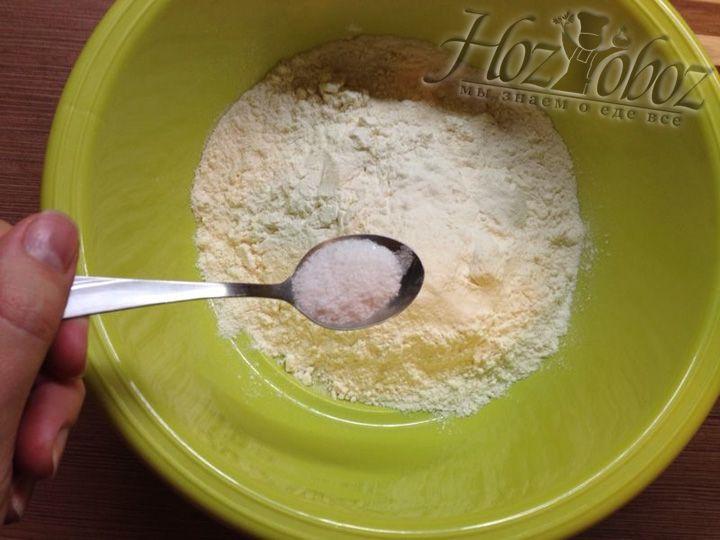 В отдельную миску просеиваем муку и добавляем щепотку соли