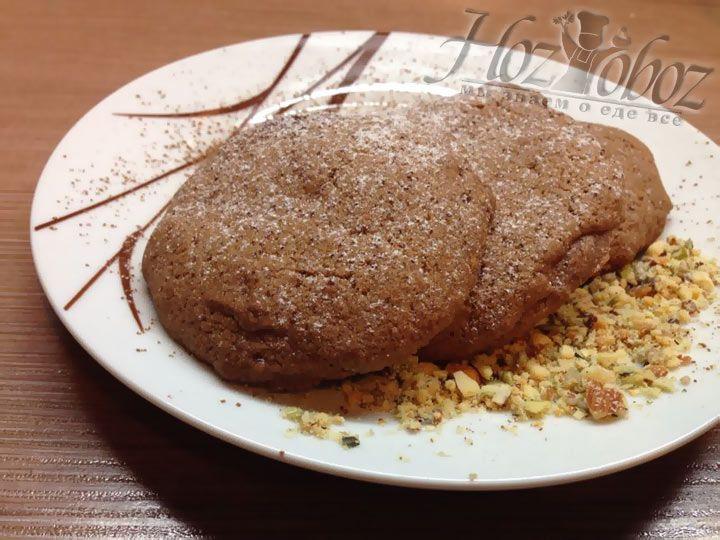 Когда будете снимать печенье, дайте ему остыть в течение 10 минут. Подавать лучше посыпав его орехами или семечками