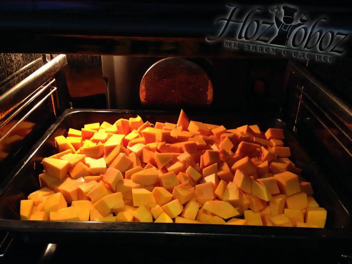 Печем тыкву в духовке при температуре 200 градусов на протяжении 30 минут пока она не станет мягкой