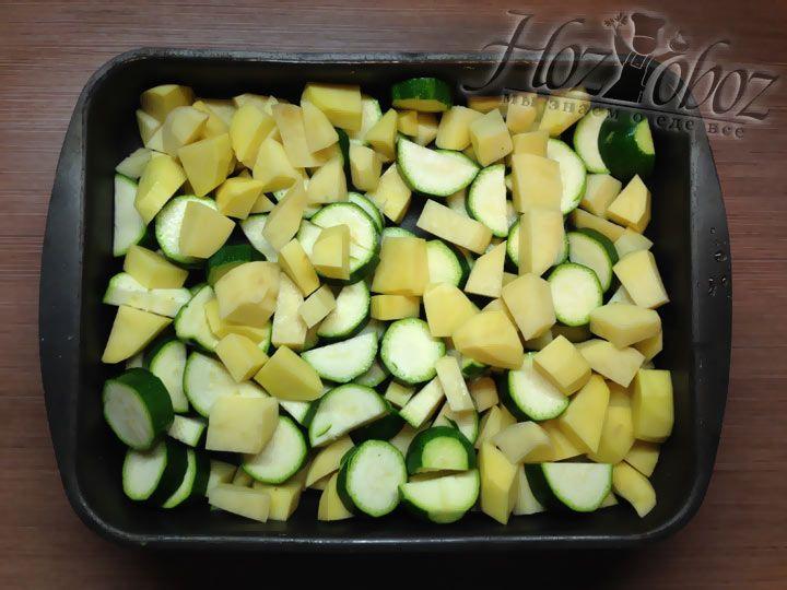 Кладем кабачки и картофель в противень для запекания