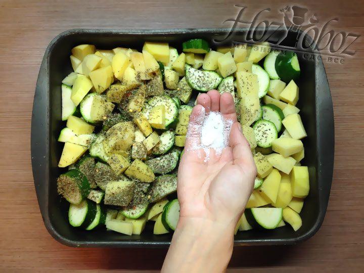 Теперь овощи необходимо посолить, но при этом пробовать чтобы не переусердствовать