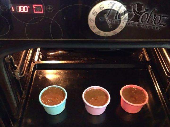 Выпекать фонданы следует при температуре 180 градусов примерно 10 минут. На поверхности готового фондана не должно быть пленки