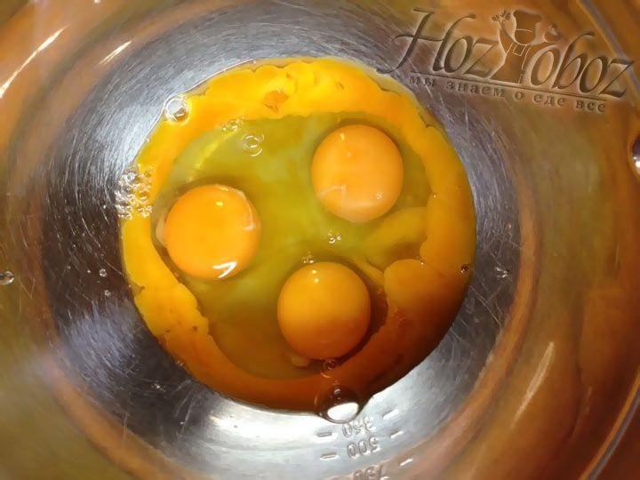 Яйца с дополнительными желткам помещаем в миску