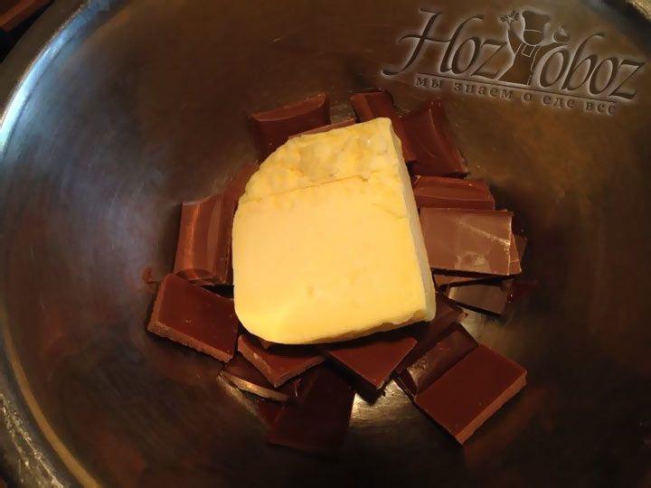 Кладем масло с шоколадом в миску и ставим на водяную баню