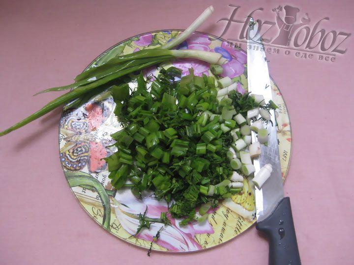 Теперь зелень. Моем, режем, сушим и кладем в кастрюлю к основным ингредиентам