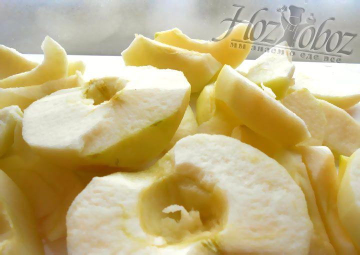 Вырезаем косточки, удаляем корешки из фруктов