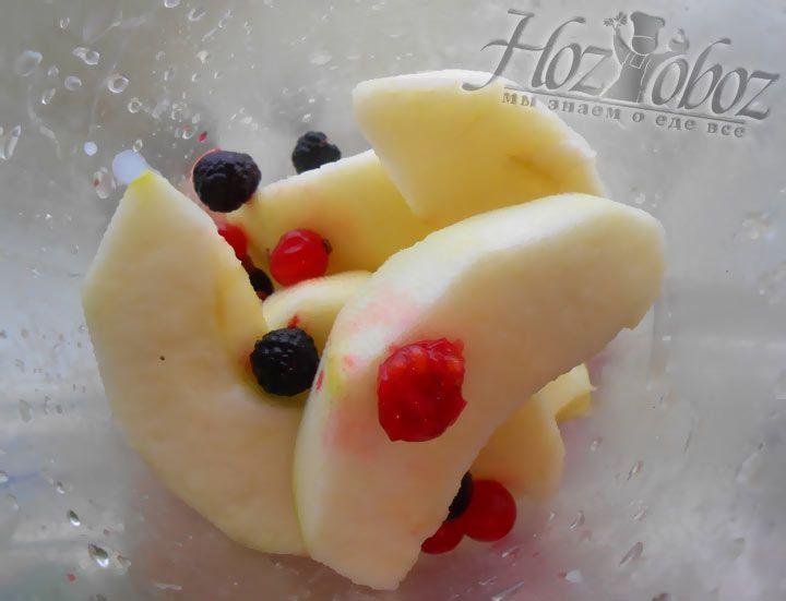 Выкладываем фрукты и ягоды в миску для приготовления