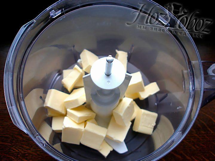 Нагрейте сливочное масло до комнатной температуры, затем нарежьте его кубиками