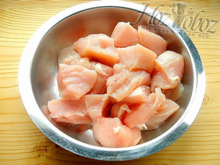 Разрежьте куриные грудки на кусочки