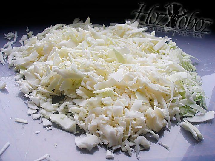 Затем мелко нарежьте белокачанную капусту